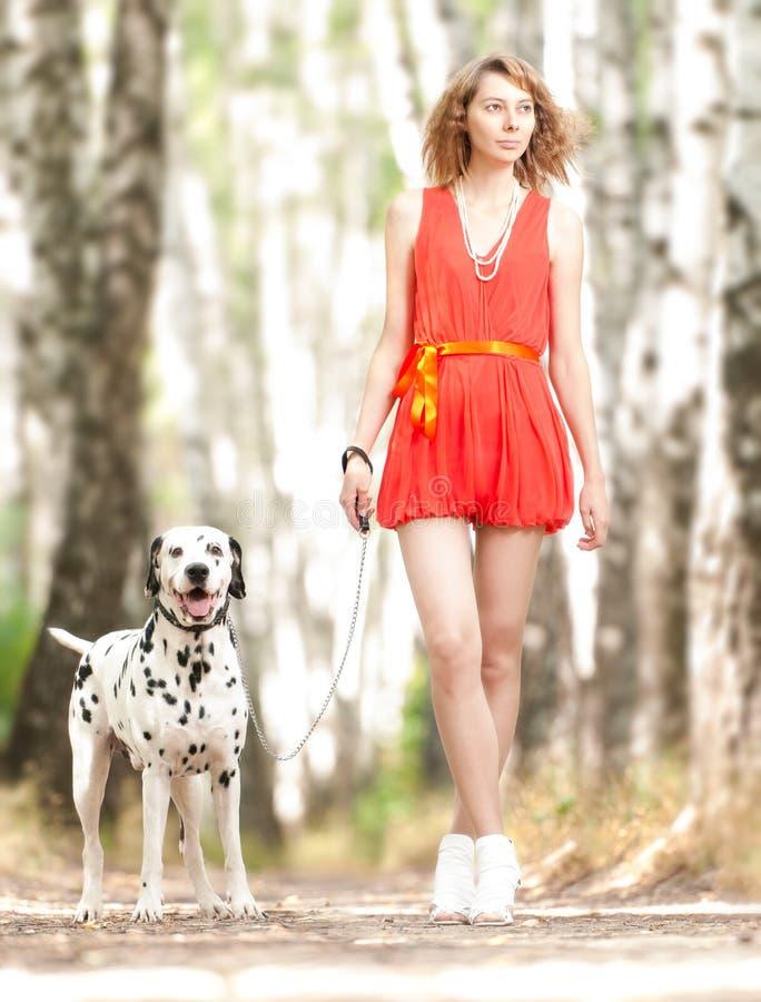 Sexy jonge vrouw met hond. stock afbeeldingen