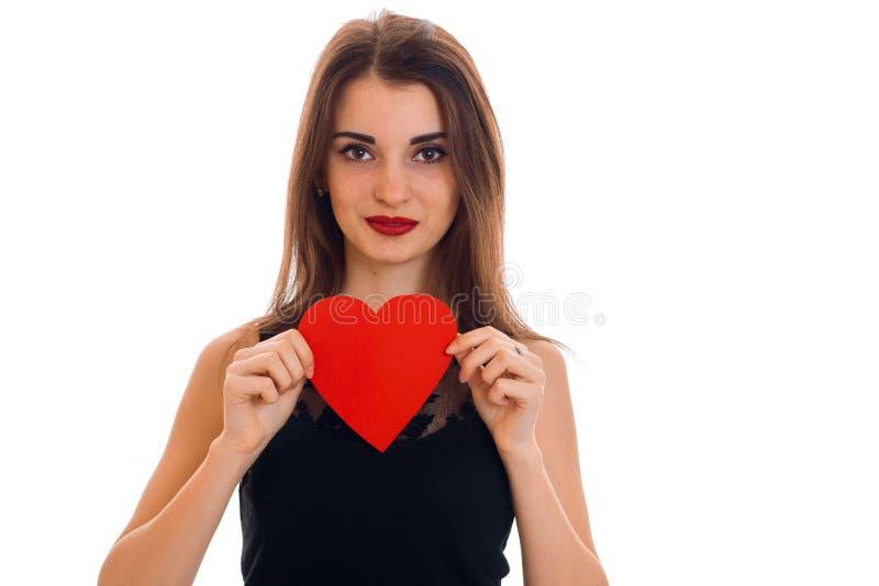 Sexy junge Brunettefrau mit dem roten Herzen bei der Handaufstellung lokalisiert auf weißem Hintergrund Heilig-Valentinsgruß ` s  lizenzfreie stockbilder