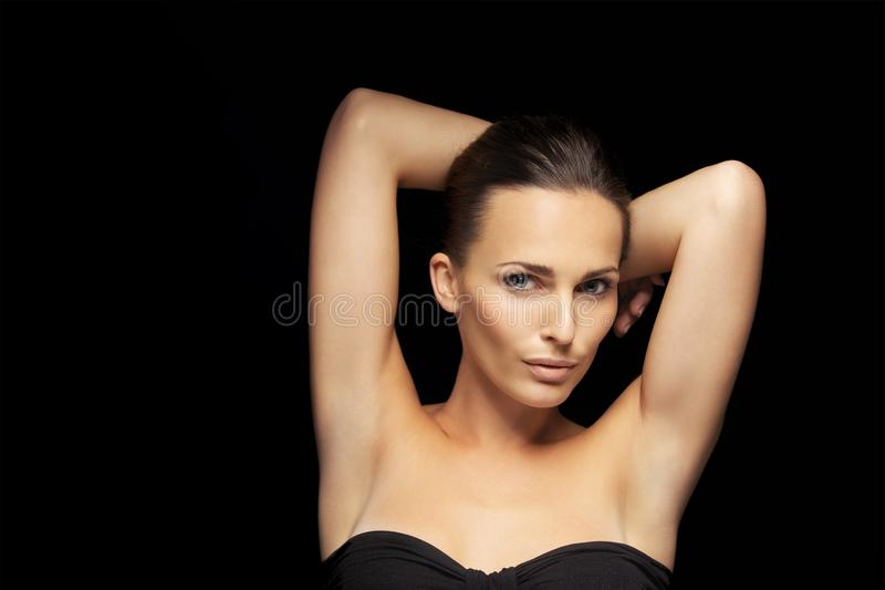 Sexy junge Dame auf schwarzem Hintergrund lizenzfreie stockfotos