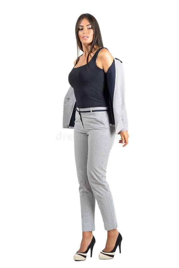 Sexy junge Geschäftsfrau in der formellen Kleidung Jacke entfernend stockfotografie