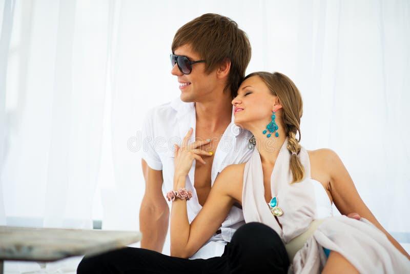 Sexy Junge Paare Auf Einem Erholungsort Stockfoto - Bild