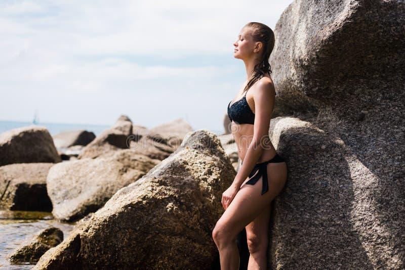 Sexy junges schönes russisches Mädchen in wenigem schwarzem Bikini Dünne Körperfrau auf tropischem Strand in Thailand Vorbildlich lizenzfreies stockfoto