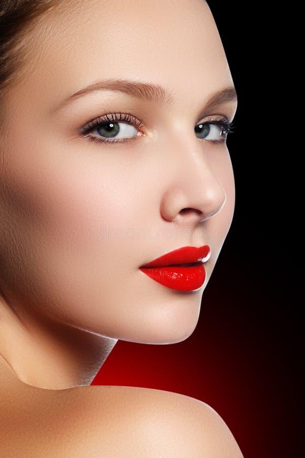 Sexy lippen De Make-updetail van schoonheids Rood Lippen Mooie samenstellingsclos royalty-vrije stock afbeelding