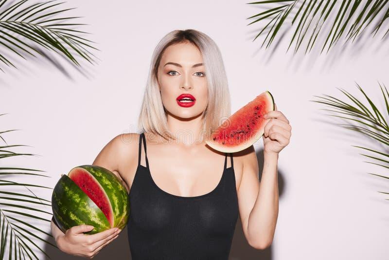 Sexy Mädchen, das mit Wassermelone aufwirft lizenzfreie stockbilder