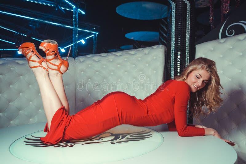 Sexy Mädchen auf dem Tisch lizenzfreie stockbilder
