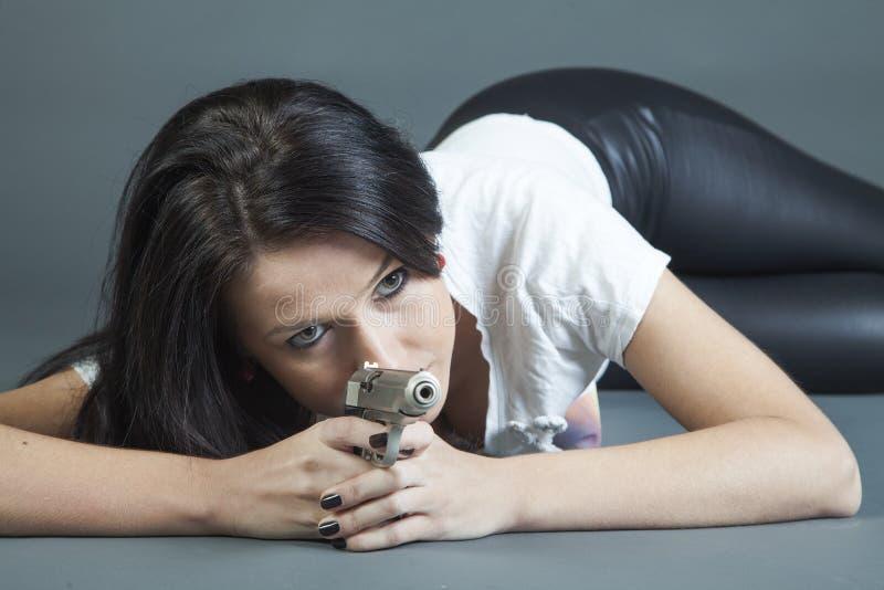 Sexy Mädchen, das Gewehr zielt stockfoto
