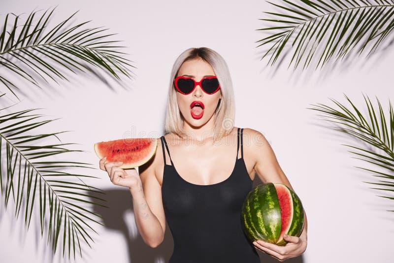 Sexy Mädchen, das mit Wassermelone aufwirft stockfotos