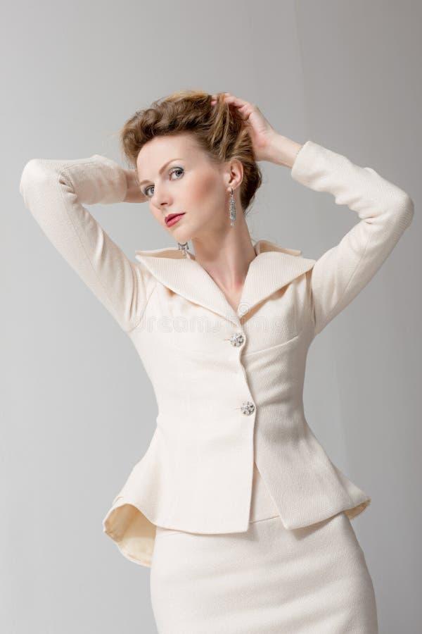 Sexy Mädchen in einem Anzug lizenzfreies stockfoto