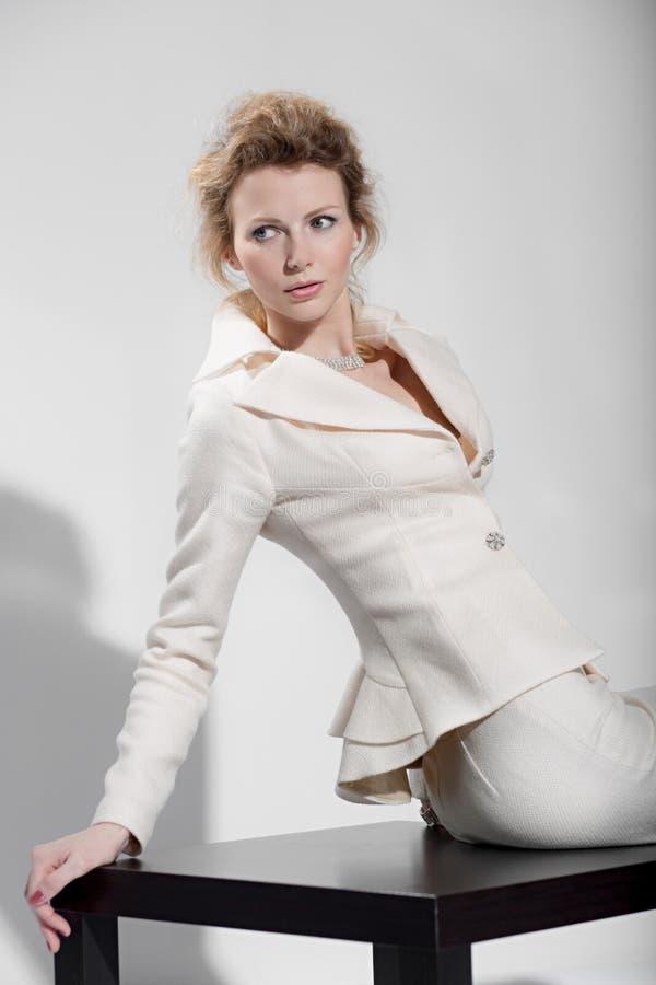 Sexy Mädchen in einem Anzug stockfotos