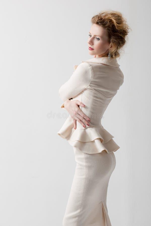 Sexy Mädchen in einem Anzug stockfotografie