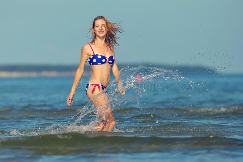 Sexy Mädchen in einem Badeanzug in dem Meer stockfotos