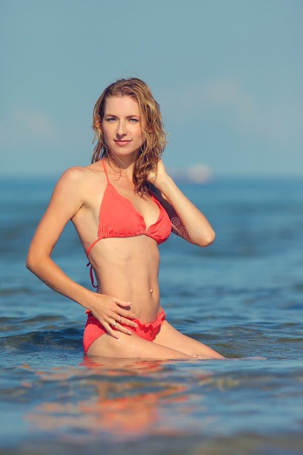 Sexy Mädchen in einem Badeanzug in dem Meer stockbild