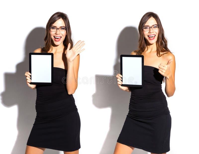 Sexy Mädchen im Geschäftsschwarzkleid mit Tablette lizenzfreie stockfotografie