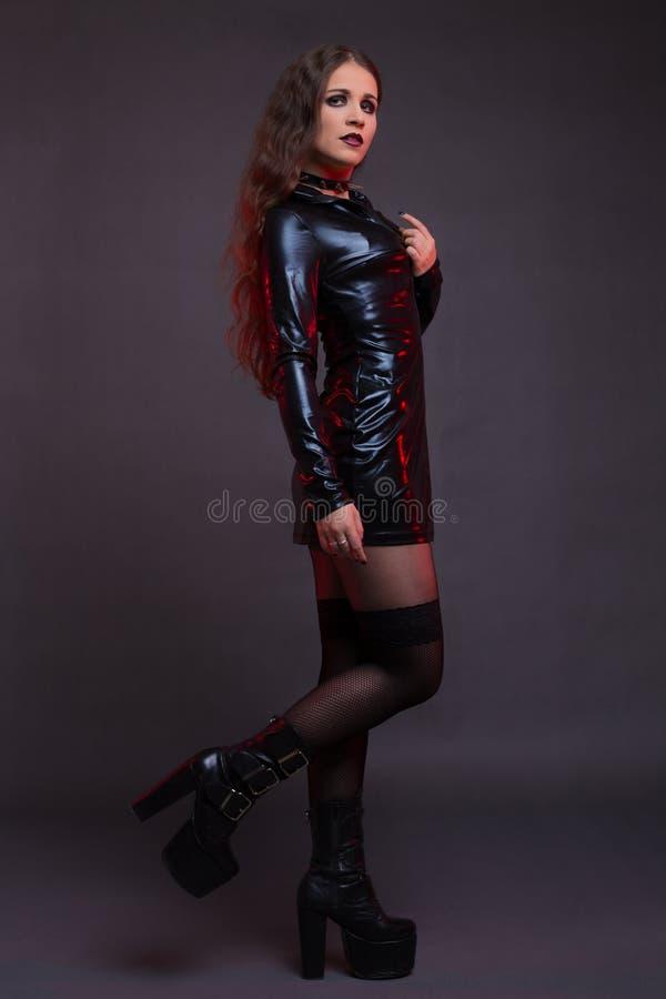 Sexy Mädchen im Latexkleid stockbild