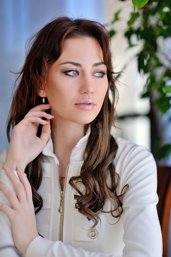 Sexy Mädchen mit dem schönen langen geraden Haar lokalisiert auf Weiß stockbilder