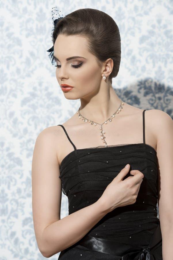 Sexy Mädchen mit elegantem Kleid lizenzfreie stockfotos