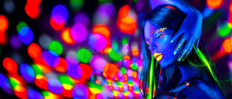 Sexy Mädchentanzen in den Neonlichtern Mode-Modell-Frau mit dem Leuchtstoffmake-up, das in UV aufwirft stockbild