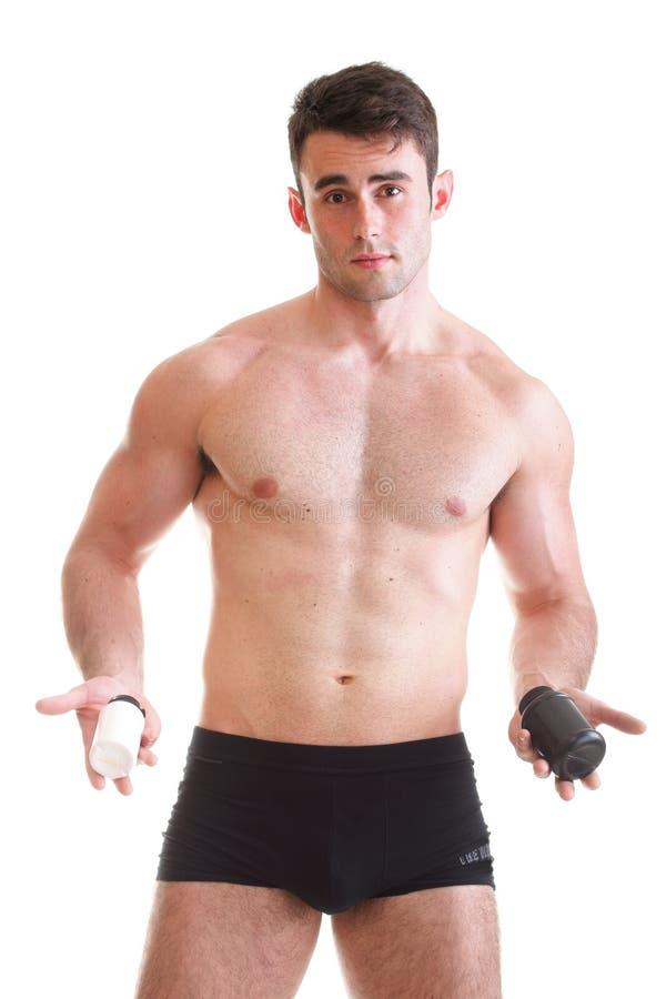 Sexy männlicher Bodybuilder, anhalten Kästen mit Ergänzungen auf seinem b lizenzfreies stockfoto