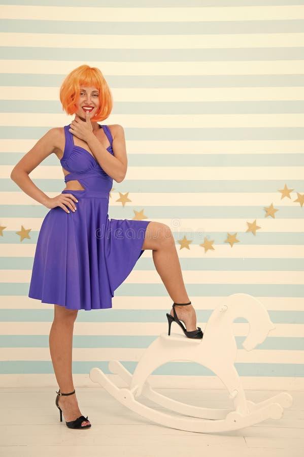 Sexy M?dchen zahmer Zahmer vom Pferd Charisma in ihrem Charakter Sexy Abnutzung des M?dchens in Mode ?berzeugt in ihrer eigenen A lizenzfreie stockfotos
