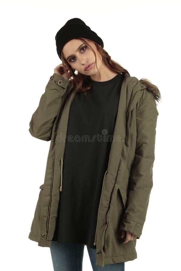 Sexy maar humeurige grunge, rots punkmeisje in een lange overmaatse zwarte t-shirt met lege ruimte klaar voor uw ontwerp stock foto