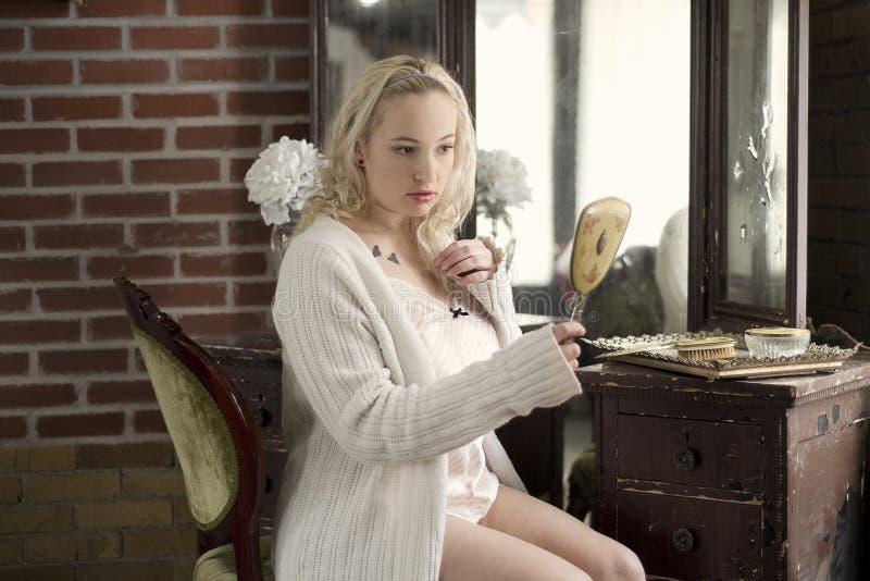 Resultado de imagem para mulher plus size sensual se olhando espelho