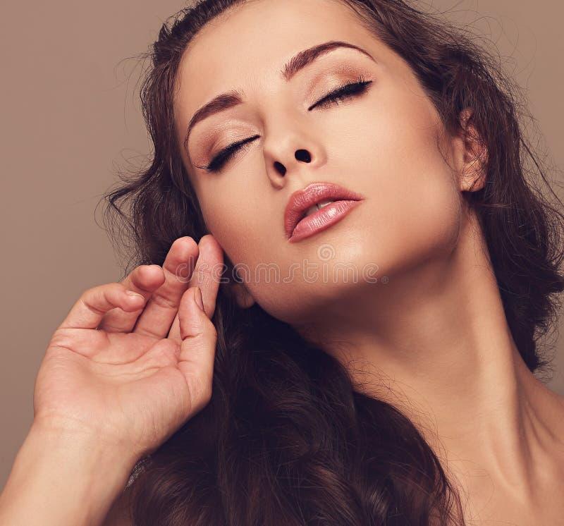 Sexy make-upvrouw met dichte ogen stock foto