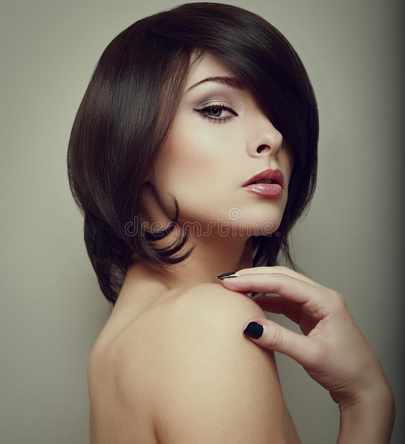 Sexy make-upvrouw. Zwarte korte haarstijl stock afbeelding