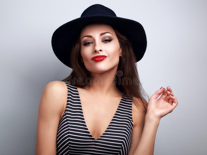 Sexy make-upvrouw in zwarte manierhoed en heldere rode lippenstift p royalty-vrije stock afbeelding
