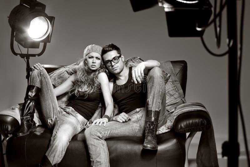 Sexy man en vrouw die een spruit van de manierfoto doen stock afbeeldingen