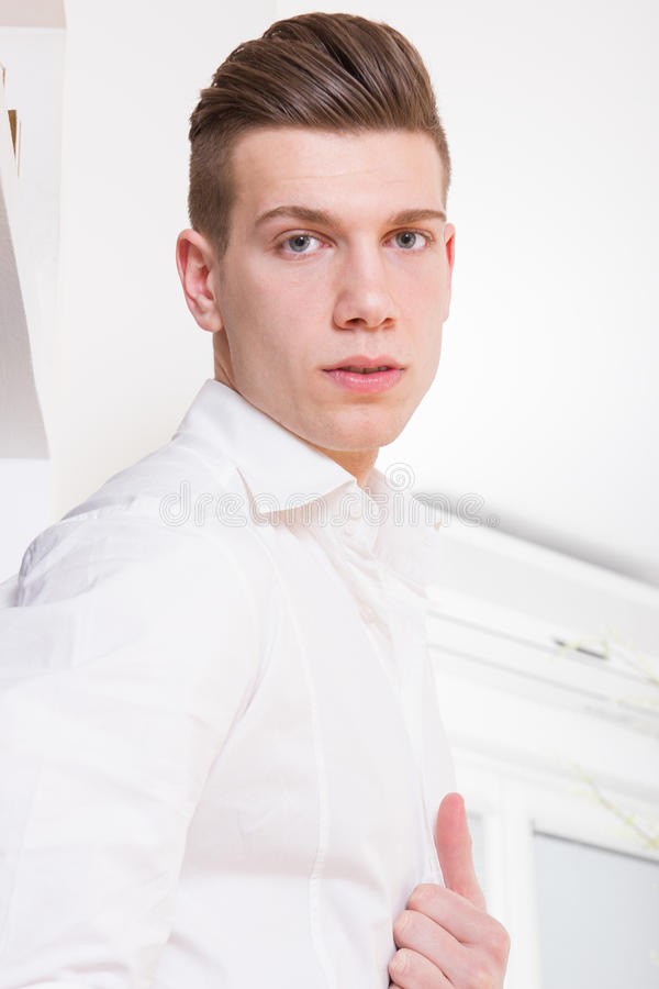 Sexy maniermens in wit overhemd royalty-vrije stock foto's