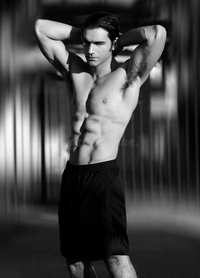Sexy mannelijk geschiktheidsmodel royalty-vrije stock foto