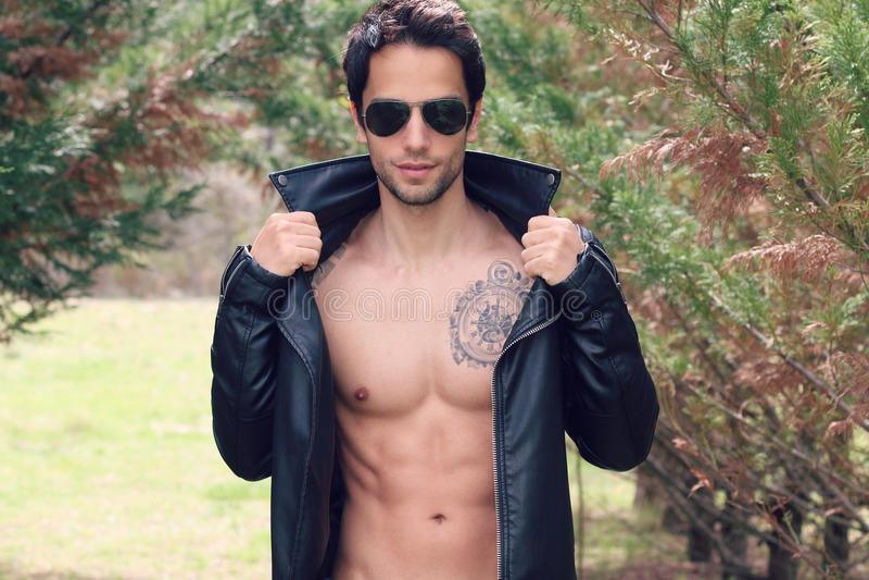 Sexy mannetje die haar leerjasje openen royalty-vrije stock fotografie