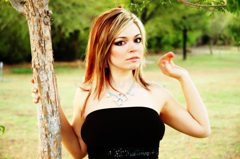 Sexy meisje bij een park stock foto