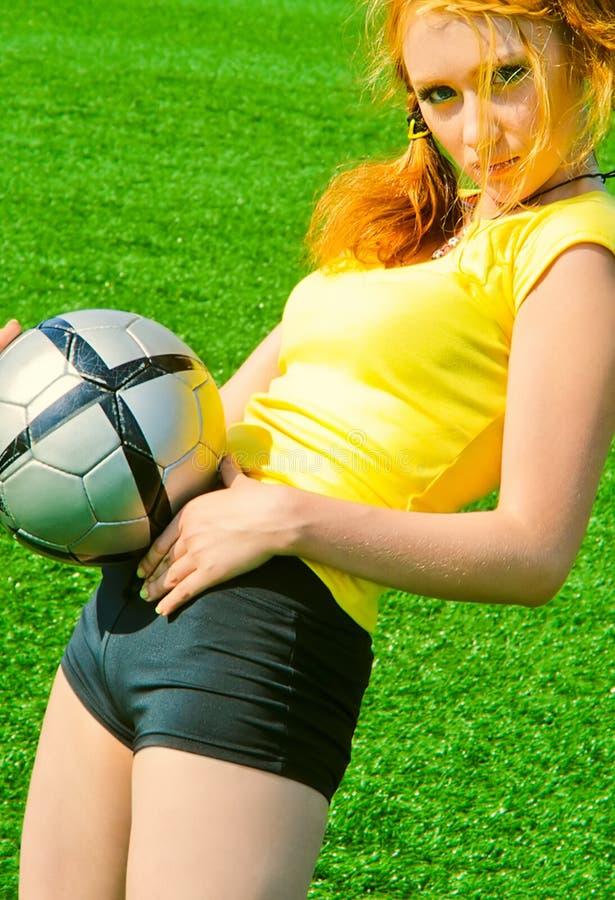 Sexy meisje dat bal houdt stock afbeeldingen