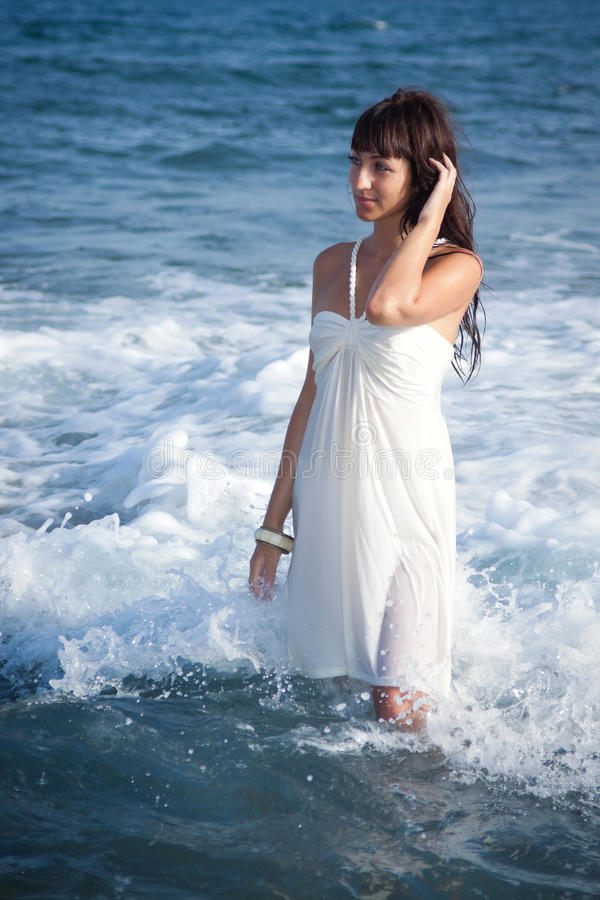 Sexy meisje dat zich in de oceaangolven bevindt stock foto's