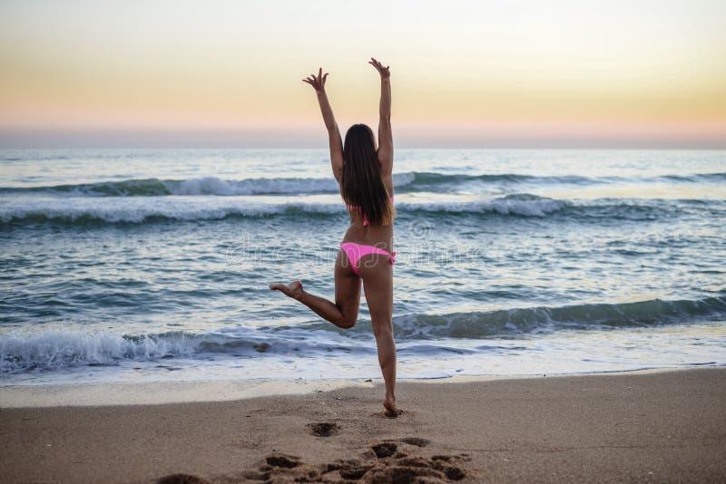 Sexy meisje die op het strand, in modieus lopen stock foto
