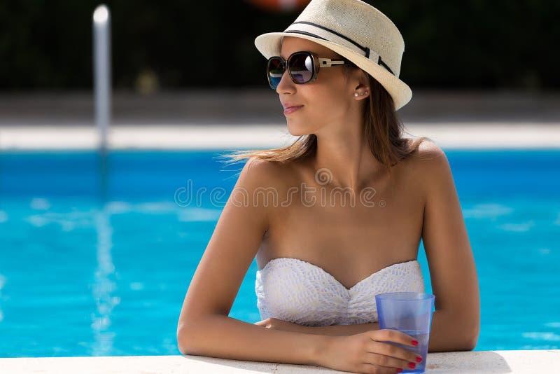 Sexy meisje die zich in zwembad bevinden royalty-vrije stock fotografie