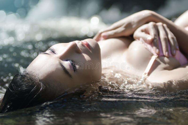 Sexy meisje in het water stock afbeelding