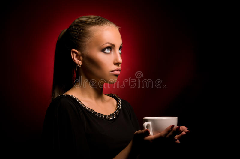 Sexy meisje met agressieve make-up en witte kop stock afbeelding