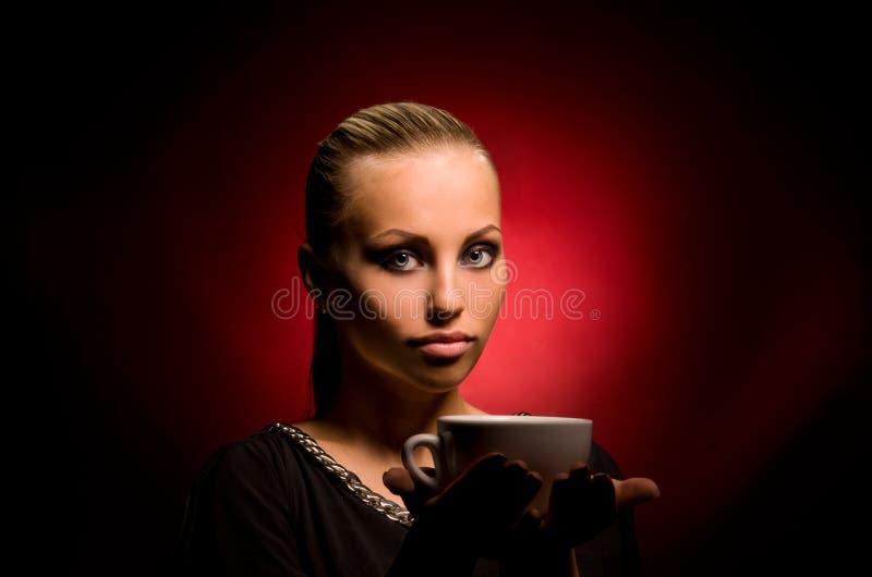 Sexy meisje met agressieve make-up en witte kop royalty-vrije stock fotografie