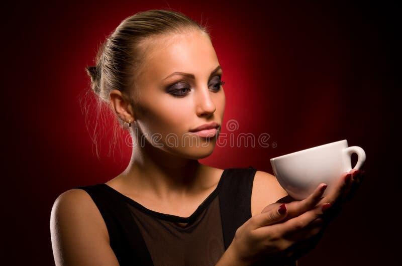 Sexy meisje met agressieve make-up en witte kop stock foto