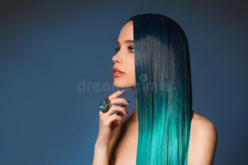 Sexy meisje met lang blauw haar royalty-vrije stock foto's