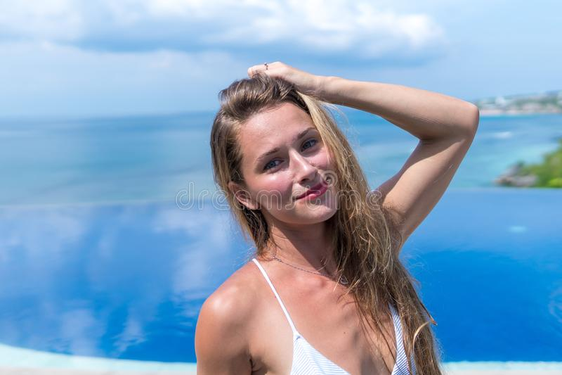 Sexy meisje Mooie vrouw het modelondergoed van de damebikini zit rand van water zwemt pool op het dak van het hotel van de luxeto royalty-vrije stock foto