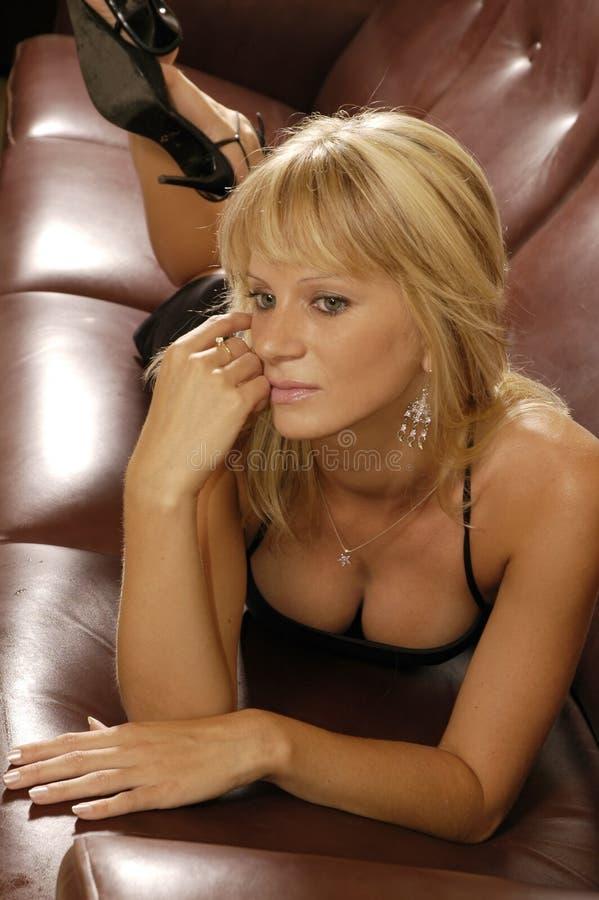 Sexy meisje op een bank royalty-vrije stock afbeeldingen