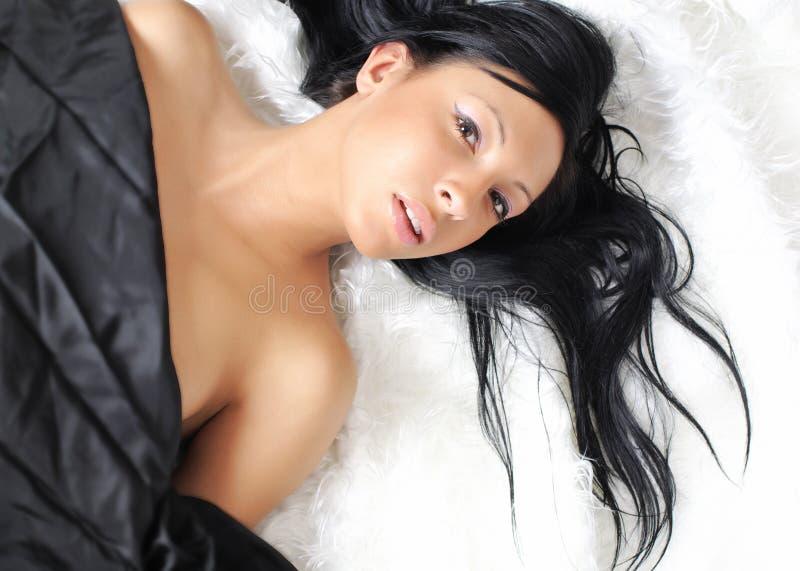 Sexy meisje over wit bont stock fotografie