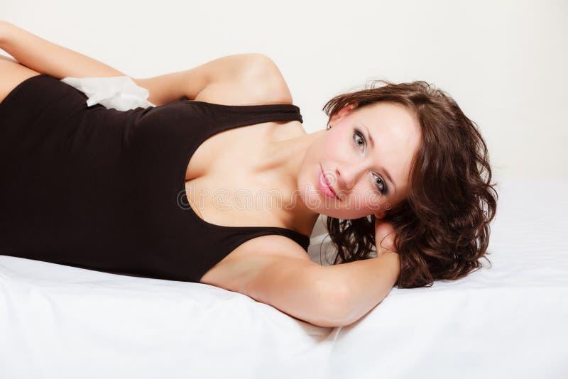 Sexy meisjes luie vrouw met hoofdkussen op bed in slaapkamer stock foto
