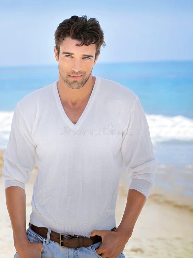 Sexy mens bij strand stock afbeelding