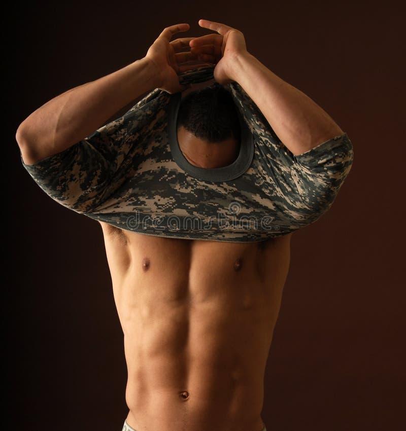 Sexy mens die op een overhemd trekt royalty-vrije stock afbeelding