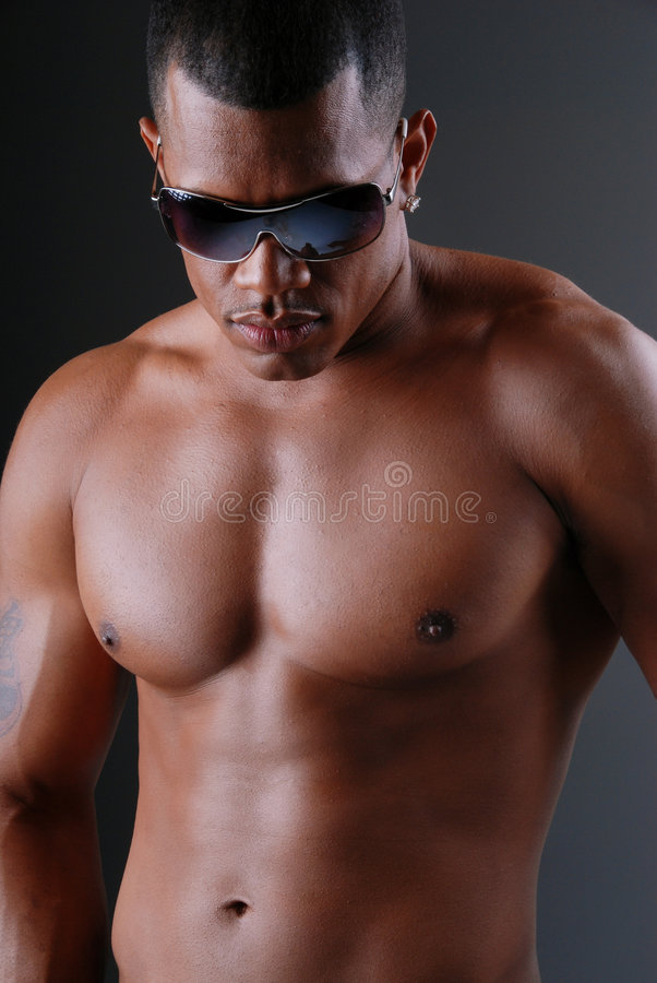 Sexy mens die zonnebril draagt. royalty-vrije stock fotografie