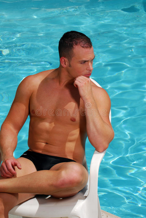 Sexy mens door een pool stock fotografie